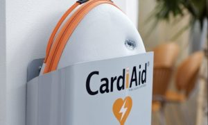 CardiAid hjertestarter ophængt
